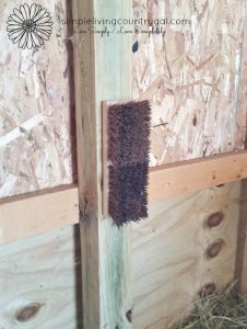 A scratch brush is a great way for goats to get their itch on! Here is an easy and inexpensive way to ad a scratching post to your barn.